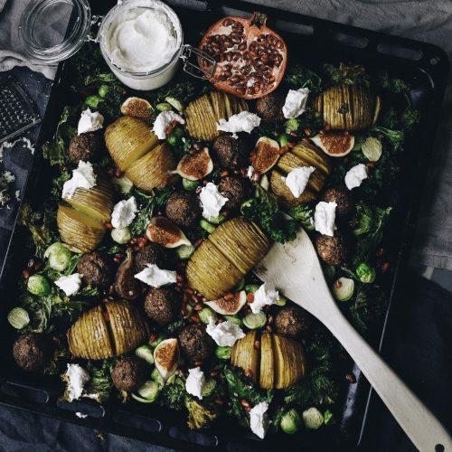 Julig plåt med vegobullar, hasselbackspotatis och pepparrotskräm